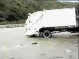 Ce camion poubelle décharge ses déchets dans le fleuve en Équateur