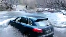 Traverser une rivière en Porsche Cayenne...