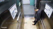 Epuisé il s'endort debout dans l'ascenseur au travail !