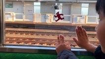 Mignon : Un enfant s'amuse en utilisant avec une feuille transparente et la vitre d'un train