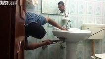 Plombier ? Il enlève un serpent caché dans ce lavabo !