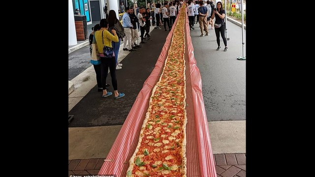 POPULAR RESTAURANT MAKE A 100 METRE-LONG PIZZA