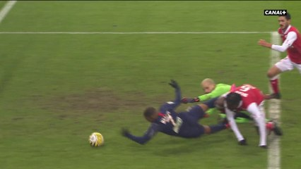 Quand Kylian Mbappé marque... de la main !
