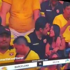 Filmé par une « Kiss Cam » alors qu'il trompe son épouse, cet homme reconnaît son erreur