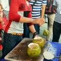 Découpe d'une noix de coco : il va tellement vite !
