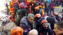 Mustafa Paşa Mahallesi'nde enkaz altından 14 saat sonra bir kişi daha sağ çıkarıldı (2)