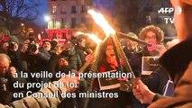 Retraites : flambeaux en main, des manifestants défilent à Paris