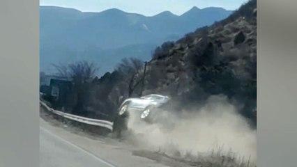 Una conductora ebria rebota contra la mediana