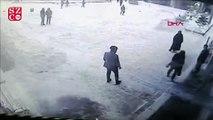Van'da hastane girişindeki çatının çökme anı kamerada