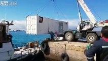 Décharger un container... direct dans l'eau !