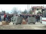 Ora News - Durrës - Shijak, banorët në protestë bllokojnë rrugën me kazanë