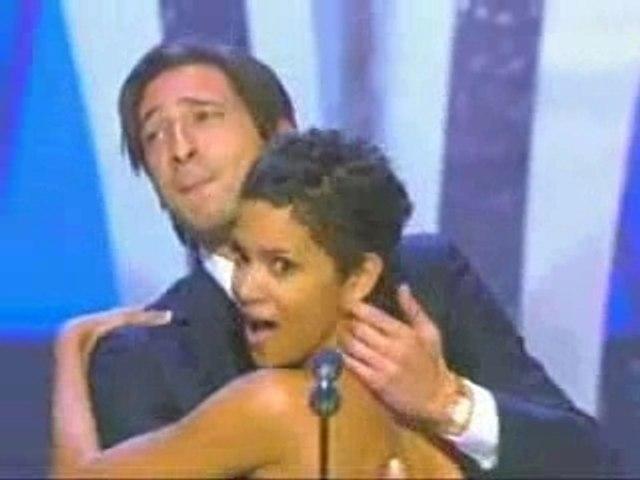 Halle Berry fougueusement baisée