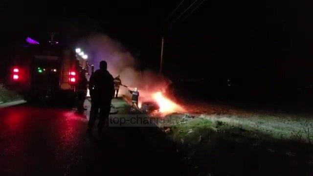 Vlorë/ Makina del nga rruga dhe shpërthen në flakë