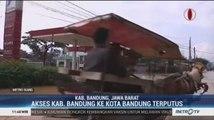 Warga Kabupaten Bandung Gunakan Perahu dan Andong Lewati Banjir