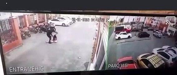 Robo y fuerte agresión a una modelo en Cali fue captada en video