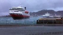 Accostage du bateau NordNorge par mauvais temps