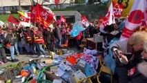 jets d'outils de travail et terrible cri de guerre des français en colère à la manifestation contre le projet de réforme des retraites à Toulon