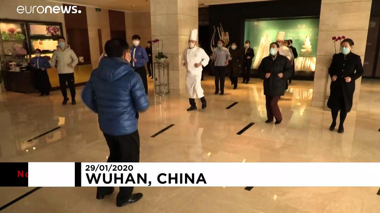 Temprarsi contro il coronavirus nella città blindata di Wuhan