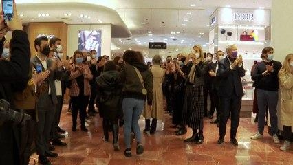 Réouverture : une haie d'honneur pour les premiers clients aux Galeries Lafayette