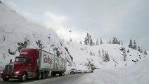 Un skieur réalise un saut périlleux par-dessus une autoroute.