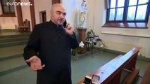 Кольца влюбленным дарит священник
