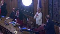Salle comble, applaudissements… Les images du dernier conseil municipal sous l'ère Balkany à Levallois
