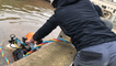 Un scaphandrier répare les murs d'un bassin de la station d'épuration