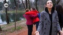 Eksperiment social/ Si reagojnë shqiptarët kur një e panjohur i pyet në rrugë: Të të përqafoj pak?