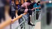 Un luchador sube a la segunda planta de un centro comercial para lanzarse contra sus rivales