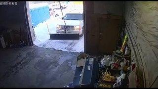 Il tombe en essayant de fermer le garage !