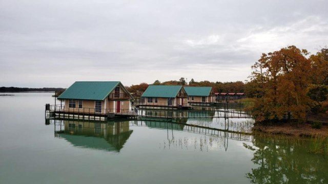 Plan a Relaxing Getaway to These Floating Cabins Halfway Between Dallas and Oklahoma City