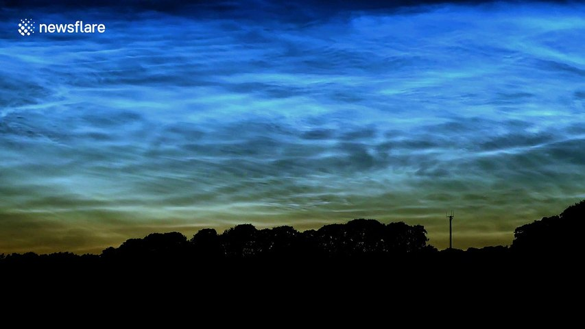 Rare cloud formation that looks like the Northern Lights is captured in stunning timelapse | Godialy.com