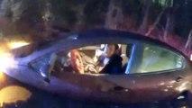 Agent redt 2 mensen die vastzitten in auto's tijdens plotselinge overstroming.