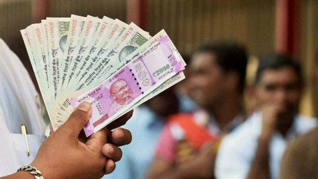 अचानक लोगों के खाते में जमा हुए 35-35 हजार रुपए, बैंकों में लगी लंबी लाइनें