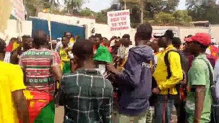 Démonstration massive des camerounais devant l´ambassade de France au Cameroun après les insultes de Macron