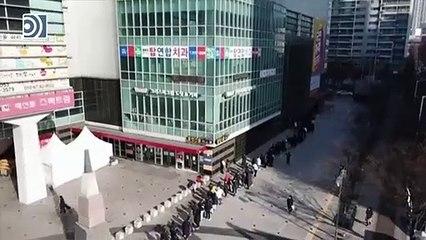 Cientos de personas hacen cola para comprar mascarillas en Corea del Sur