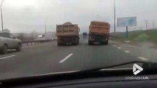 Ce camion roule sur l'autoroute sans roue avant