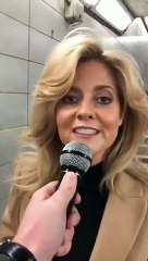 Il arrête une femme dans les couloirs du métro pour qu'elle continue sa chanson et a une belle surprise