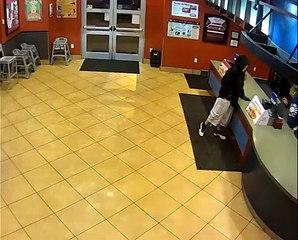 Un homme braque un restaurant alors que deux policiers se trouvent à l'intérieur