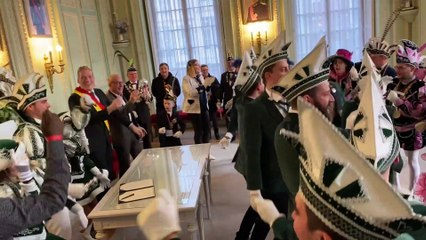 Le prince carnaval de Verviers Nathan 1er fait danser les élus