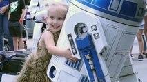 Une fillette handicapée rencontre son robot préféré
