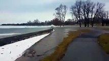 Des vagues de glaces jaillissent sur la berge !