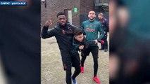 Les joueurs de l'Ajax emmènent un enfant sur le terrain pour lui mettre un petit pont