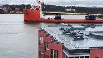 """Suède : Après un périple maritime de plus de deux mois, le """"pont doré"""" qui va relier deux îles de la capitale est arrivé - VIDEO"""