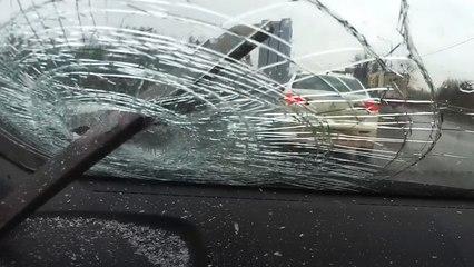 Vast in het verkeer: Bestuurder ontsnapt nipt aan spietsing op snelweg in Moskou