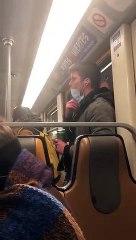 Un homme répand sa salive sur une barre de métro (Bruxelles)