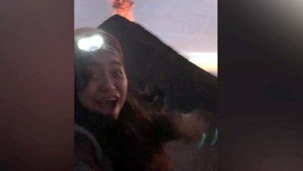 Wandelaars zijn getuige van een spectaculaire vulkaanuitbarsting