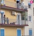 Les Italiens et Espagnols en quarantaine sortent pour chanter sur leurs balcons