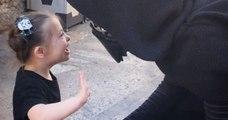 Une petite fille atteinte de trisomie 21 rencontre des personnages de Star Wars et réalise son rêve