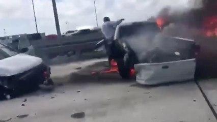Pendant que vingt personnes filment, il le sauve des flammes